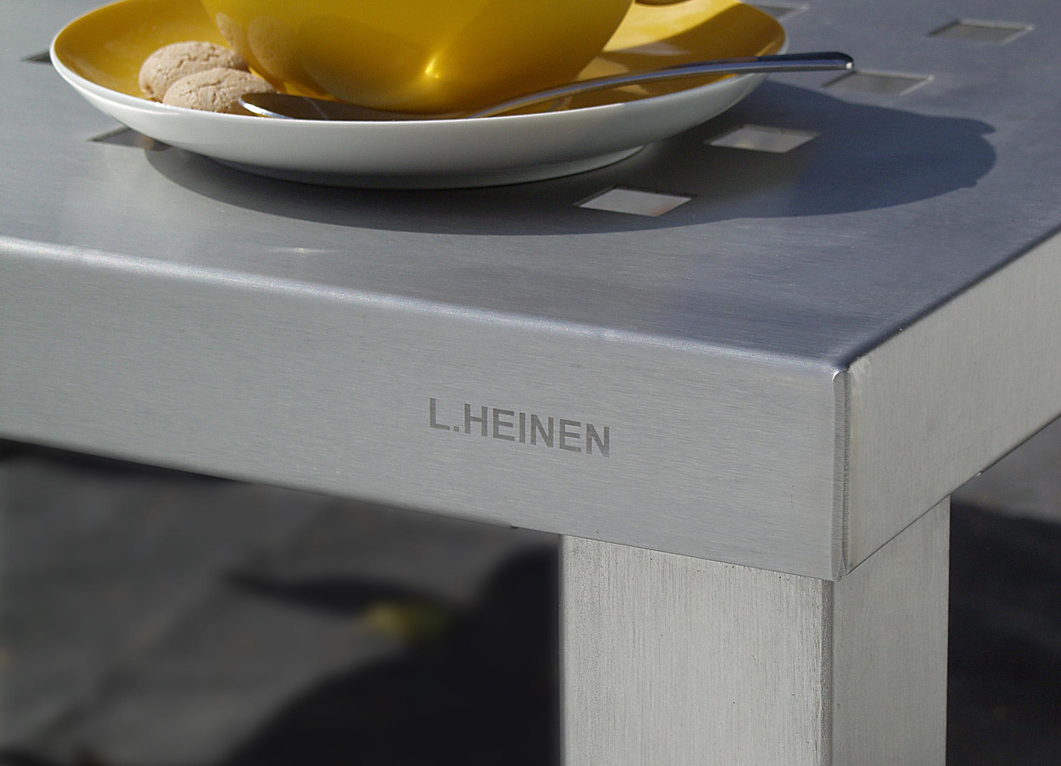 EDELSTAHL-TISCH GELOCHTE PLATTE  GM-622 / 90x90 cm